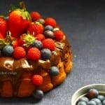 Unica parola FLUFFOSA… l'originale con glassa al cioccolato, fragole, mirtilli e lamponi