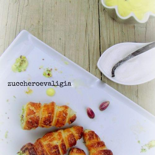 Cannoncini di pasta sfoglia con crema pasticcera di Massari e granella di pistacchi