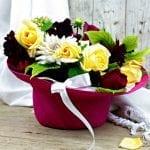 Un regalo originale – composizione floreale  come dare vita a un cappello –