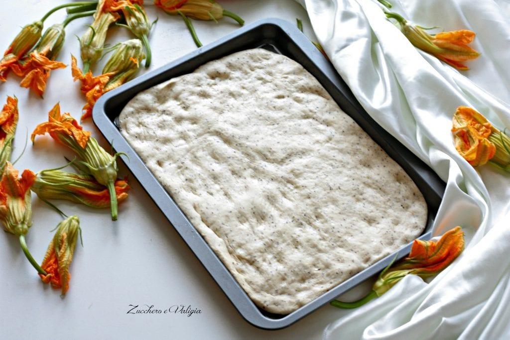 Focaccia ai cereali Paneangeli con fiori di zucchina, mozzarella e pancetta