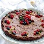 Crostata senza cottura con Pan di Stelle, lamponi mirtilli e ribes