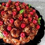 Torta Kinder bimby vestita a festa con mousse al cioccolato fondente e lamponi