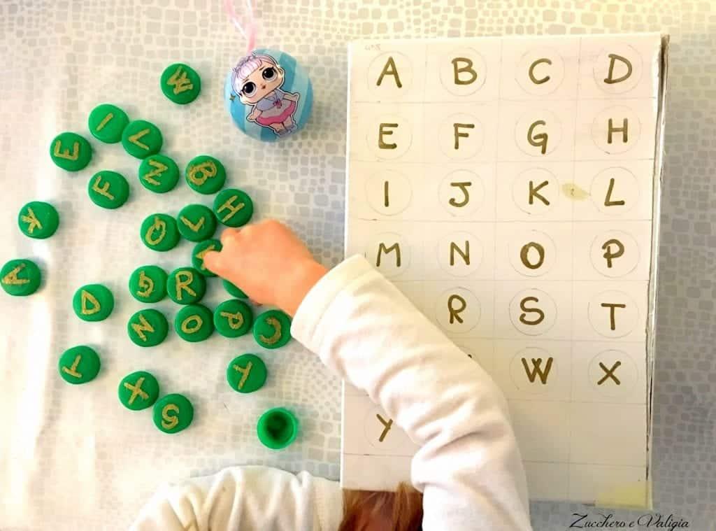 alfabeto con i tappi
